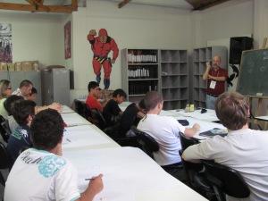 Gustavo Machado, ministrando oficina de História em Quadrinhos na Gibiteca de Curitiba.